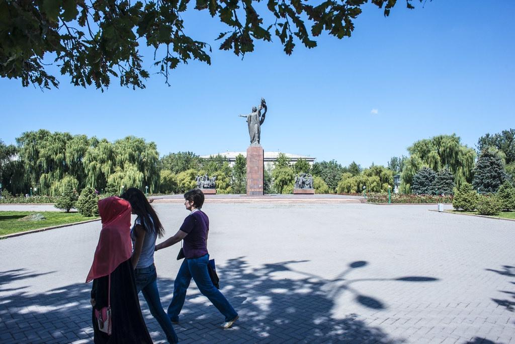Oukrouïa Salieva Rues Bichkek Kirghizstan Femmes Nom Statue