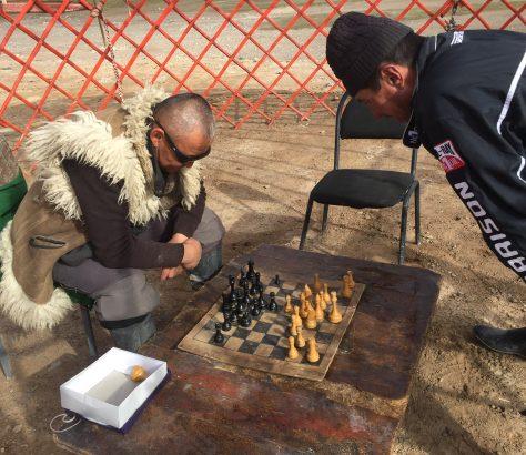 Joueurs d'échecs Kirghizes sur le sol Tadjik.