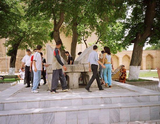 L'énorme pupitre de pierre à l'intérieur de la mosquée Bibi-Khanoum à Samarcande, dans l'ouest de l'Ouzbékistan, serait un cadeau d'Ulugh Beg, l'un des petits-fils de Tamerlan.