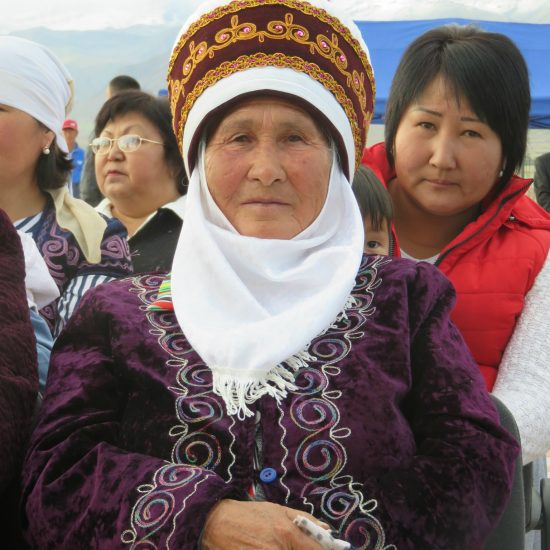 Femme Kirghizstan Costume Traditionnel