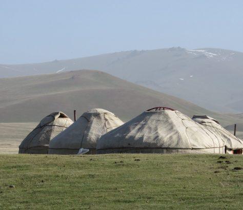 A proximité du lac Song-Koul, dans le centre du Kirghizstan, un ensemble de yourtes, symboles du mode de vie traditionnel kirghiz.