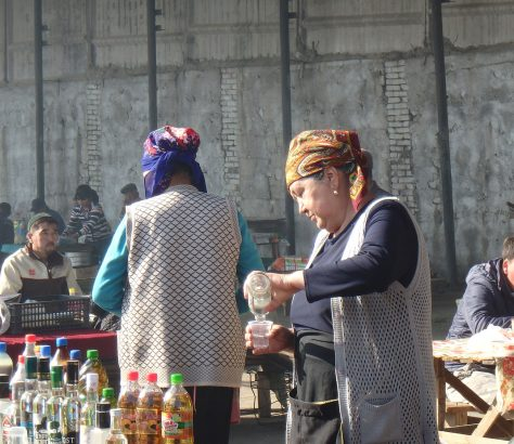 Au bazar de Kochkor, la vodka se vend en bouteille ou au verre