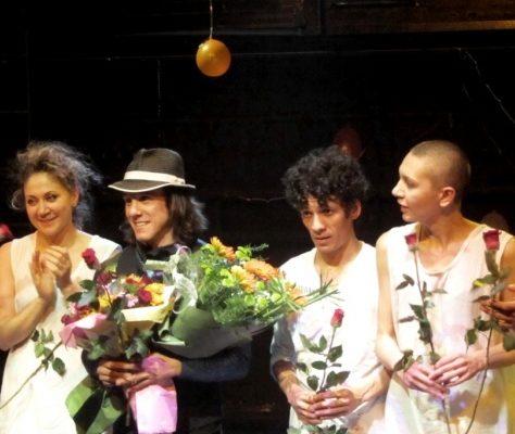 Florian Bilbao et les acteurs du théâtre Ilkom réunis pour un salut final. Crédit : Dna.uz