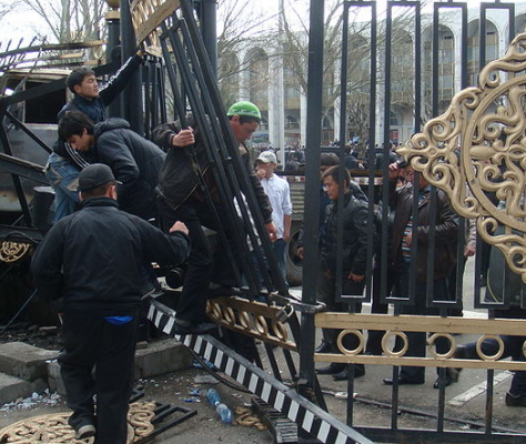 Révolution Kirghizstan 2010 constitution Bakiev