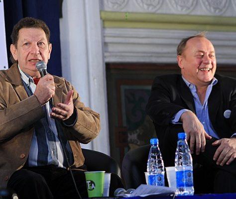 Aleksandr Kacev, chef du Département de Journalisme International à l Université Slave, a abordé les problèmes de la literature en Asie Central avec les auteurs étrangers. A sa gauche, Yanush Vishnevskiy. Crédit : Daria Lenz