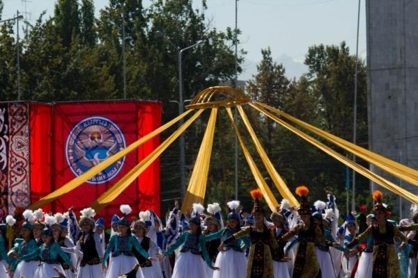 La danse traditionnelle kirghize autour de la yourte