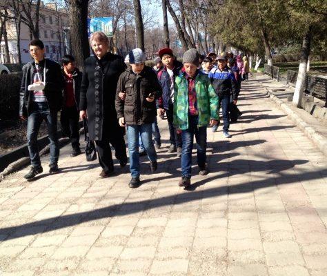 Des enfants russes dans un groupe scolaire marchant dans les rues de Bichkek