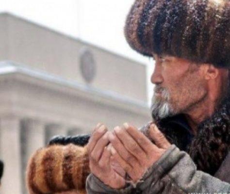 Les musulmans de Bichkek le jour de Ramadan devant le Gouvernement Kirghiz. Crédit : islamnews.ru